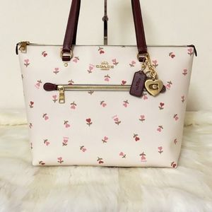 COACH Gallery Tote W/  Heart Floral Print …